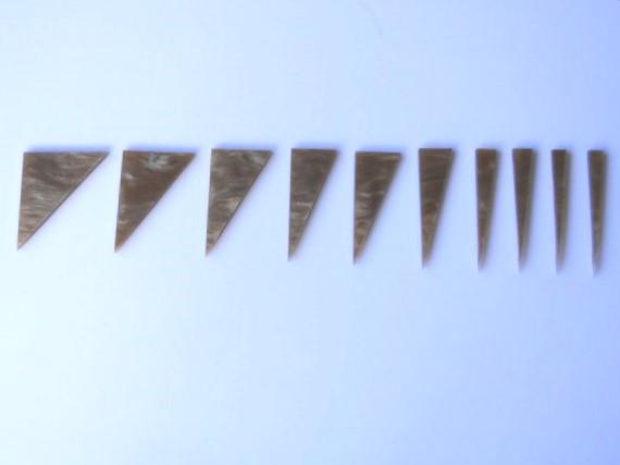 """Marcações (dots) para braço """"Dente de tubarão"""" (Padrão 1) - Acrílico caramelo perolado (2mm) (Pacote com 10 un)  - Luthieria Brasil"""
