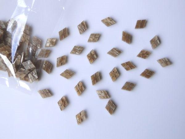 Marcações (dots) diamante (vazado) para braço - Padrão 5 - Acrílico caramelo perolado - 7mm x 5mm x 2mm (Pacote com 12 un)  - Luthieria Brasil