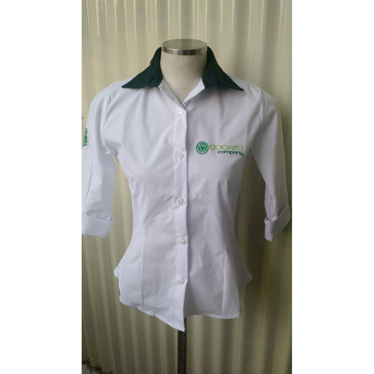 22f9ba4b2 Camisa Social Feminina Manga 3 4 em Tricoline com elastano Branca com  Detalhe Verde - Uniformes Odonto Company