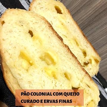 PÃO COLONIAL COM QUEIJO CURADO E ERVAS FINAS