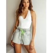 Shortinho Jeans Claro com Lacinho Verde Neon