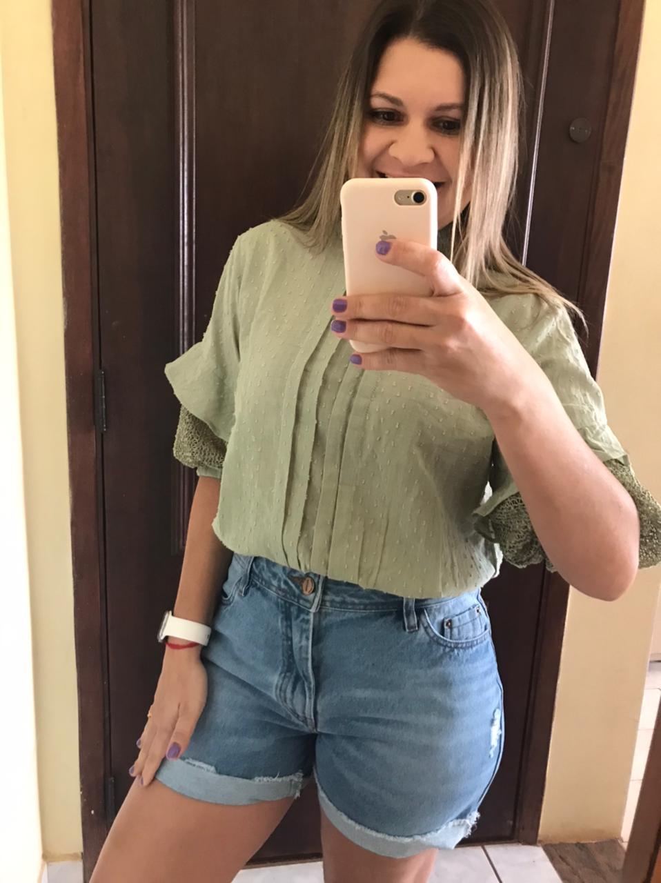 Short Jeans Claro com Rasgadinhos