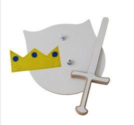 Escudo, espada (em madeira) e coroa (em feltro)