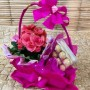 Cesta com mini begônia cor de rosa e chocolate