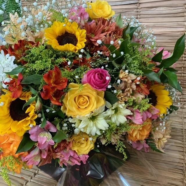 Buquê flores do campo com rosas colorida