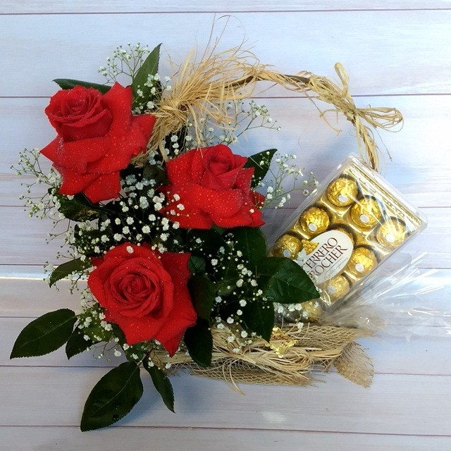 Cesta Rosas Colombianas com Ferrero Rocher