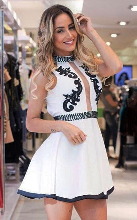 Vestido liso rodado com detalhe bordado