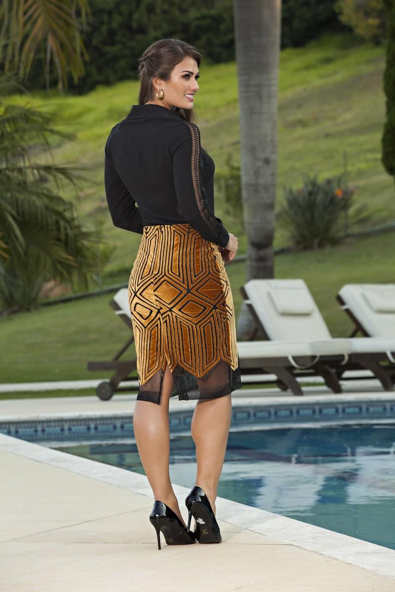 2030- Conj: camisa crepe web e manga c/ renda vazada saia em tule aveludado forrada