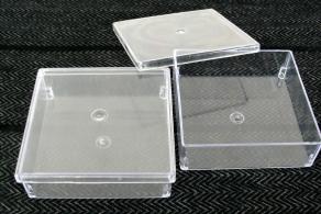 CAIXA PLÁSTICA TRANSPARENTE, GERBOX, COM TAMPA, MEDINDO 11 x 11 x 4 cm