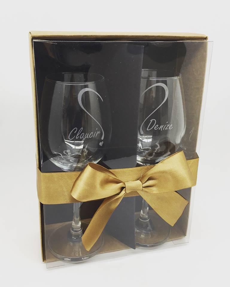 Conjunto de 2 taças vidro 385ml para vinho personalizadas caixa kraft