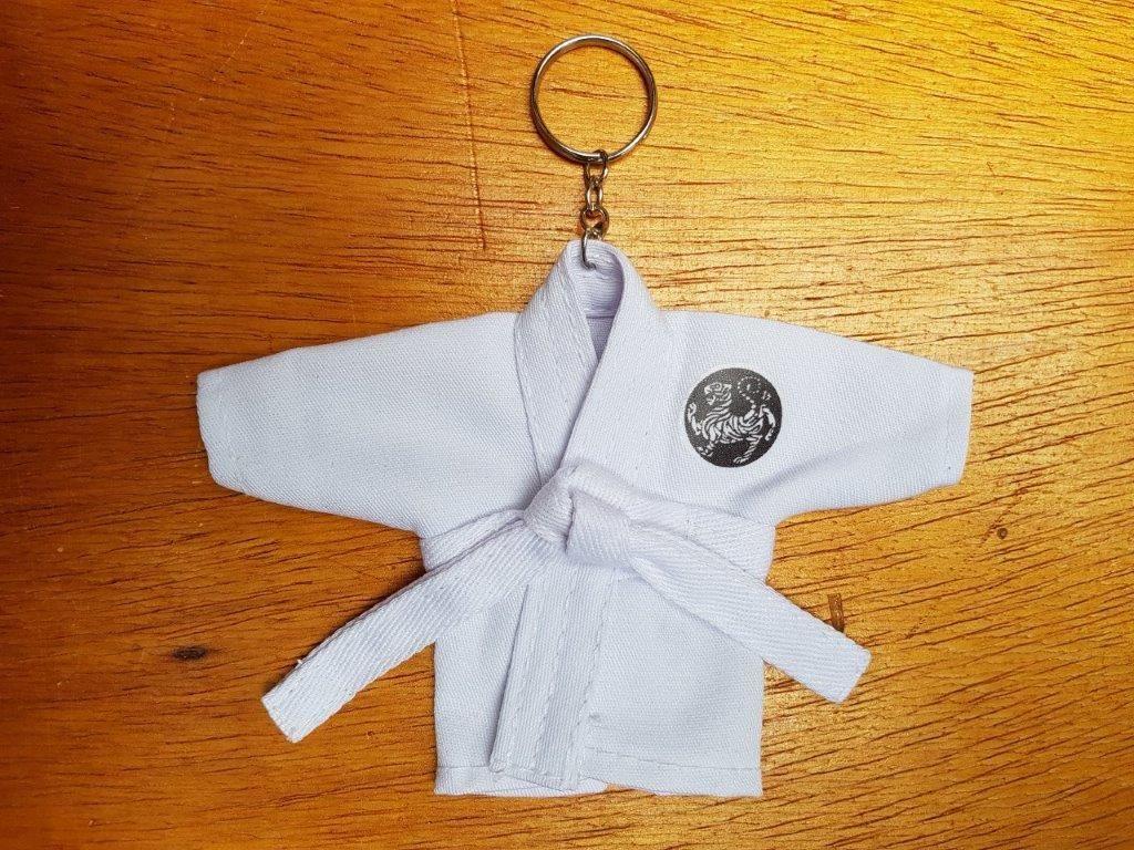 Coleção Kimoninhos c/ 7,8 ou 9 unidades Karate estilos tam 9,5cm alt x 16cm larg