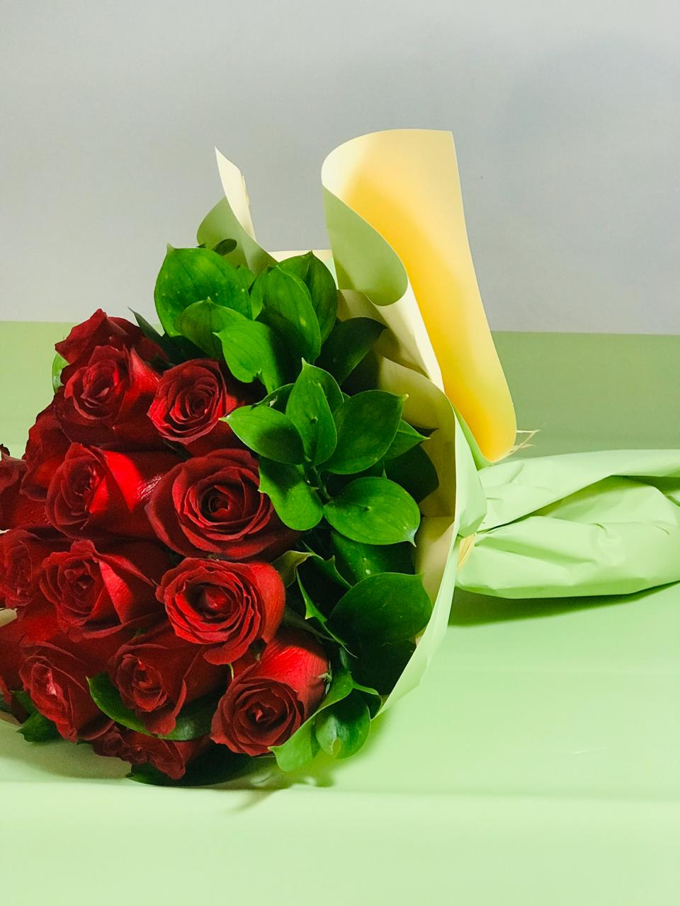 Bouquet com 20 rosas vermelhas nacionais.
