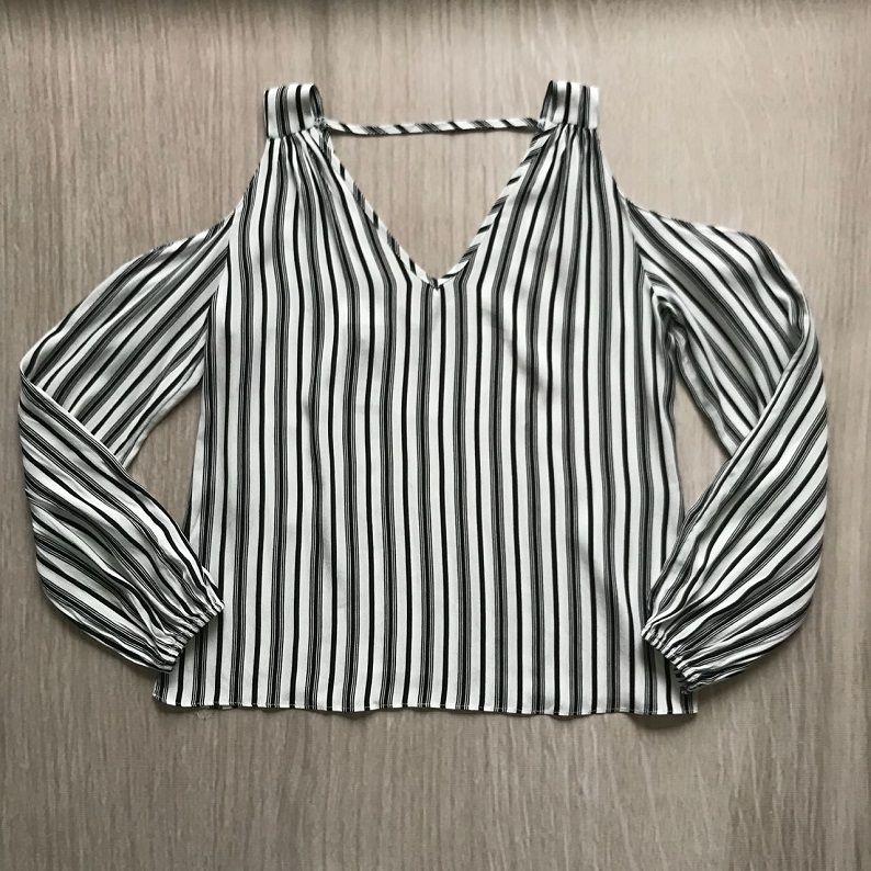 Blusa Listrada Recorte Ombro