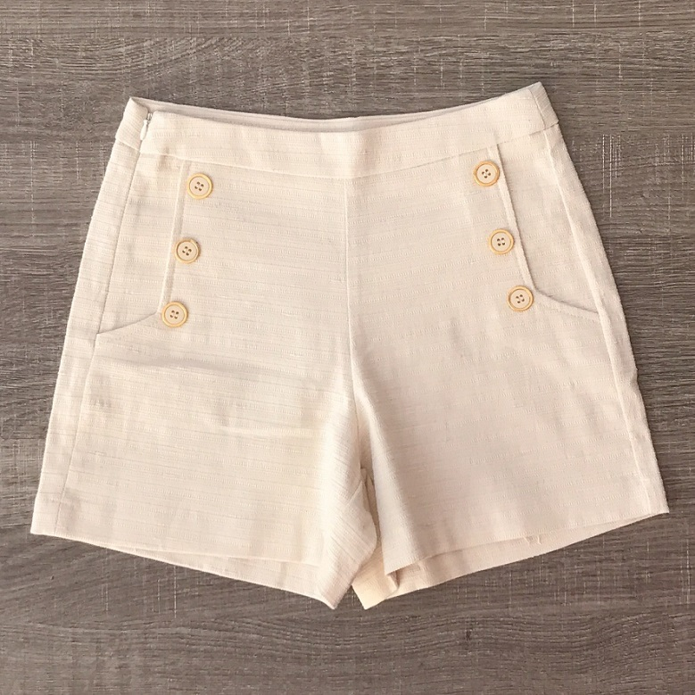 Shorts Detalhe Botões Claro