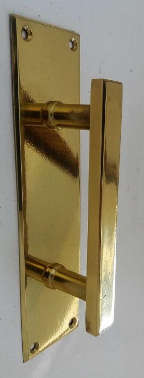 Puxador alça p/porta com chapa latão polido c/ verniz eletrostático