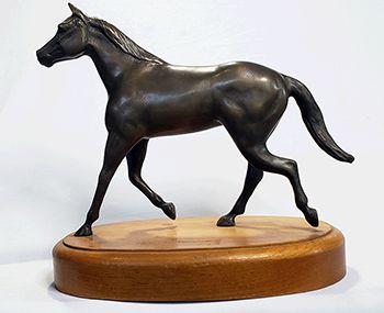 Cavalo  trotando em bronze