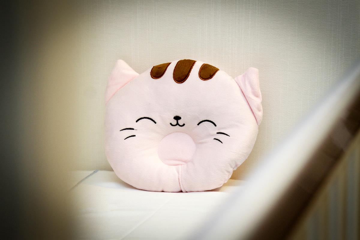 Travesseiro fofinho  para bebê tipo almofada com rebaixo cor de rosa