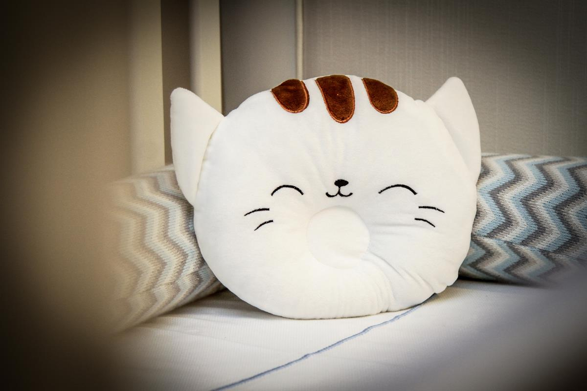 Travesseiro fofinho  tipo almofada com rebaixo na cor branca infantil baby
