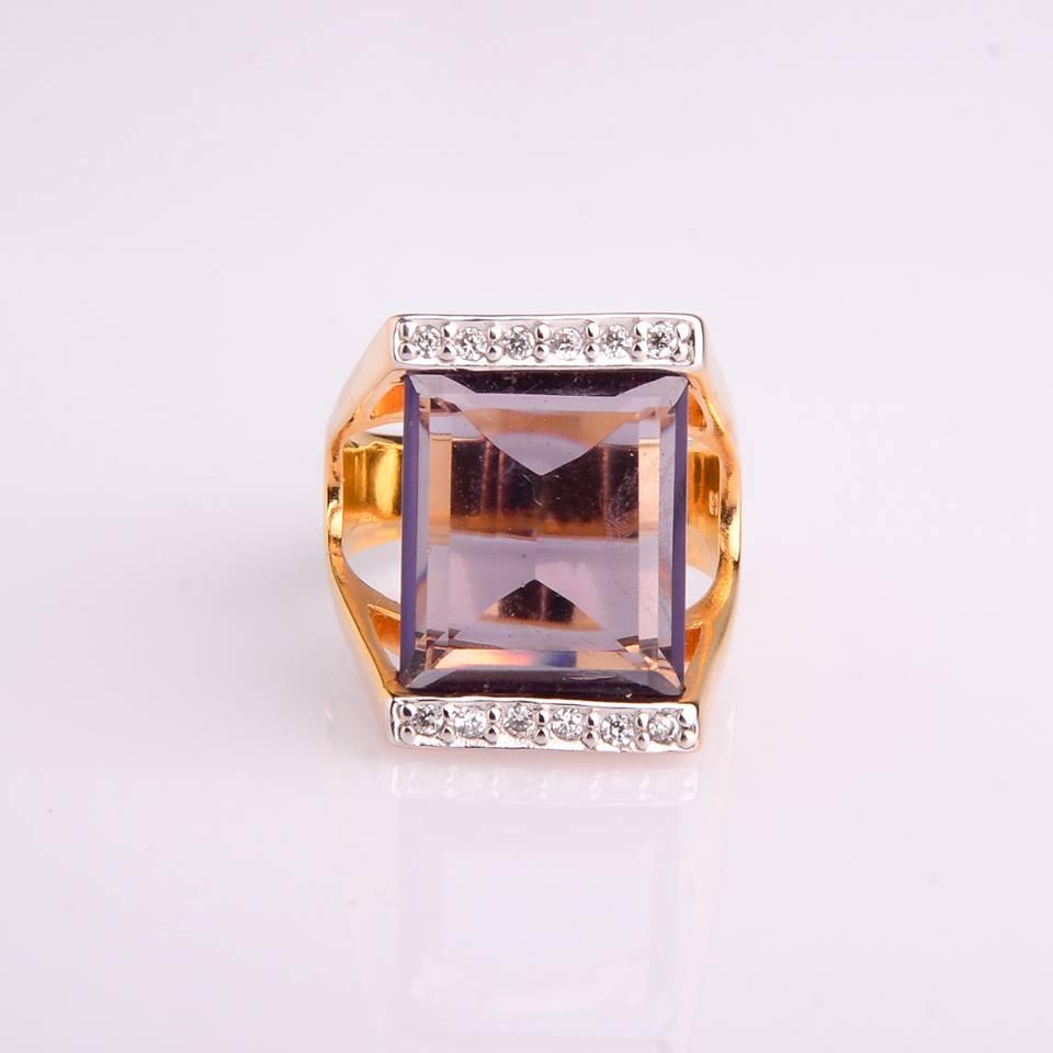 Semi Joia Anel dourado com cristal e zircônias.