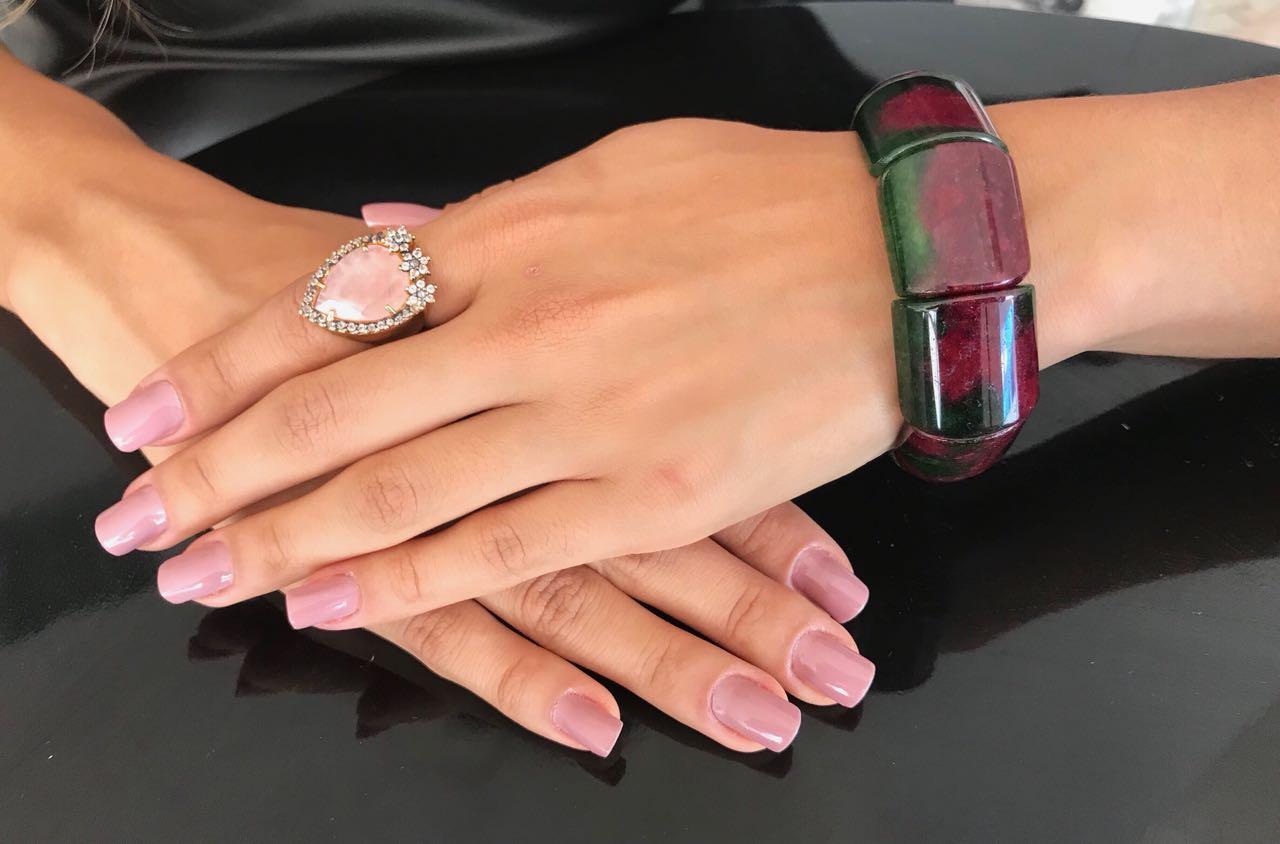Resultado de imagem para mulher com joia de quartzo rosa