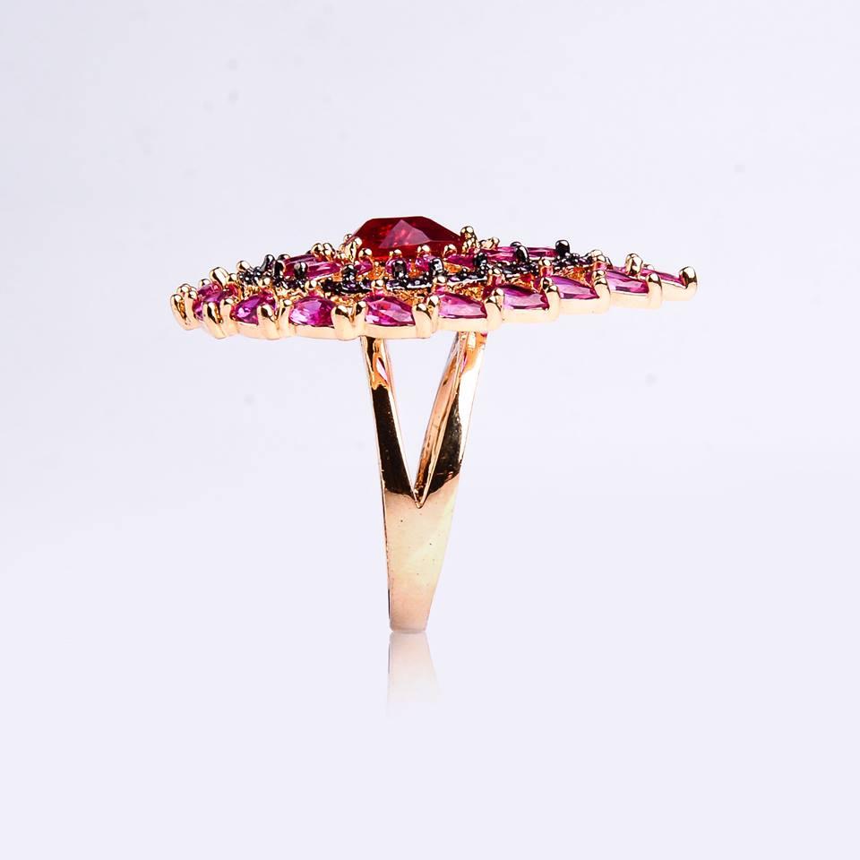 semi joia anel dourado com zircônias rosa e vermelho.