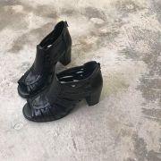 Sandália Preta com Recortes Assimétricos