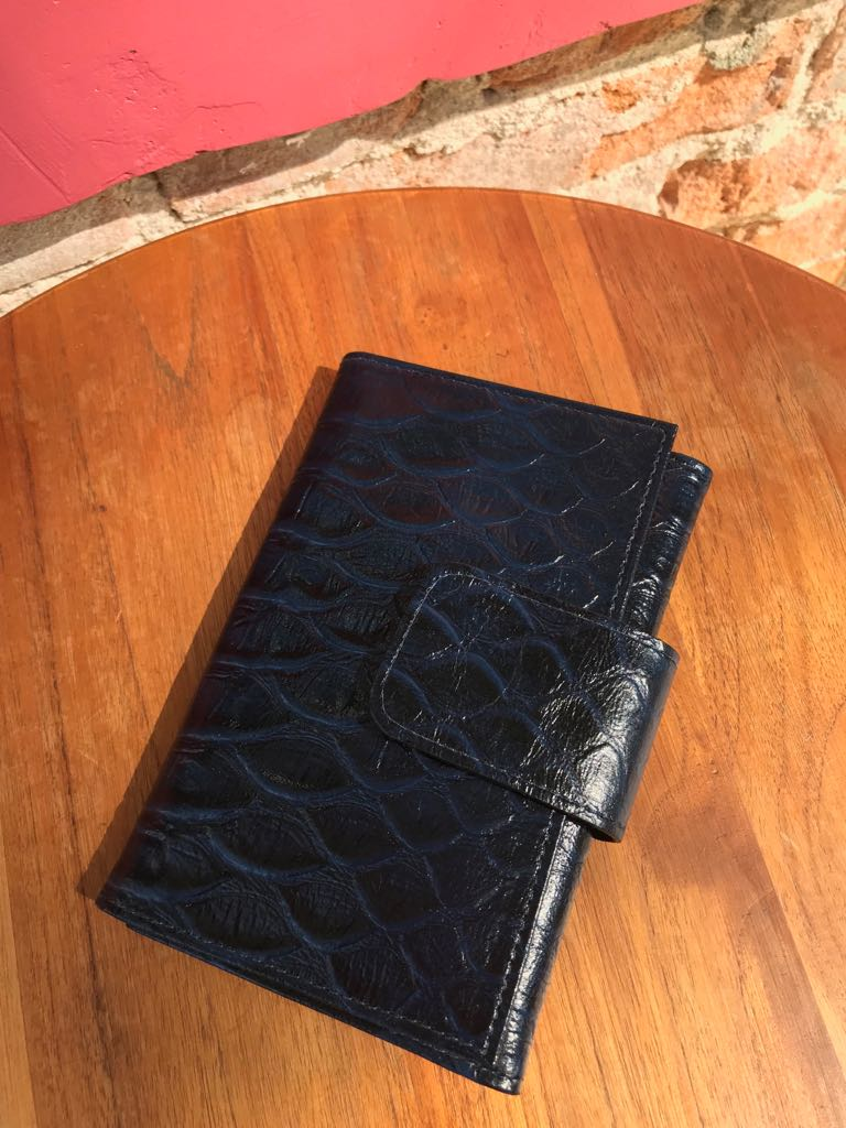 Carteira Feminina em Couro Texturizado - Azul  - Angelina Vai às Compras
