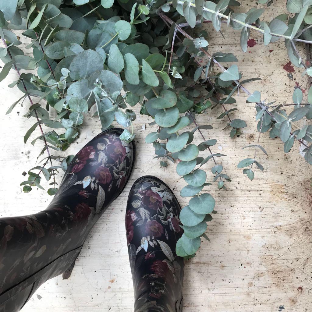 Galocha Cano Longo Floral  fundo Preto  - Angelina Vai às Compras