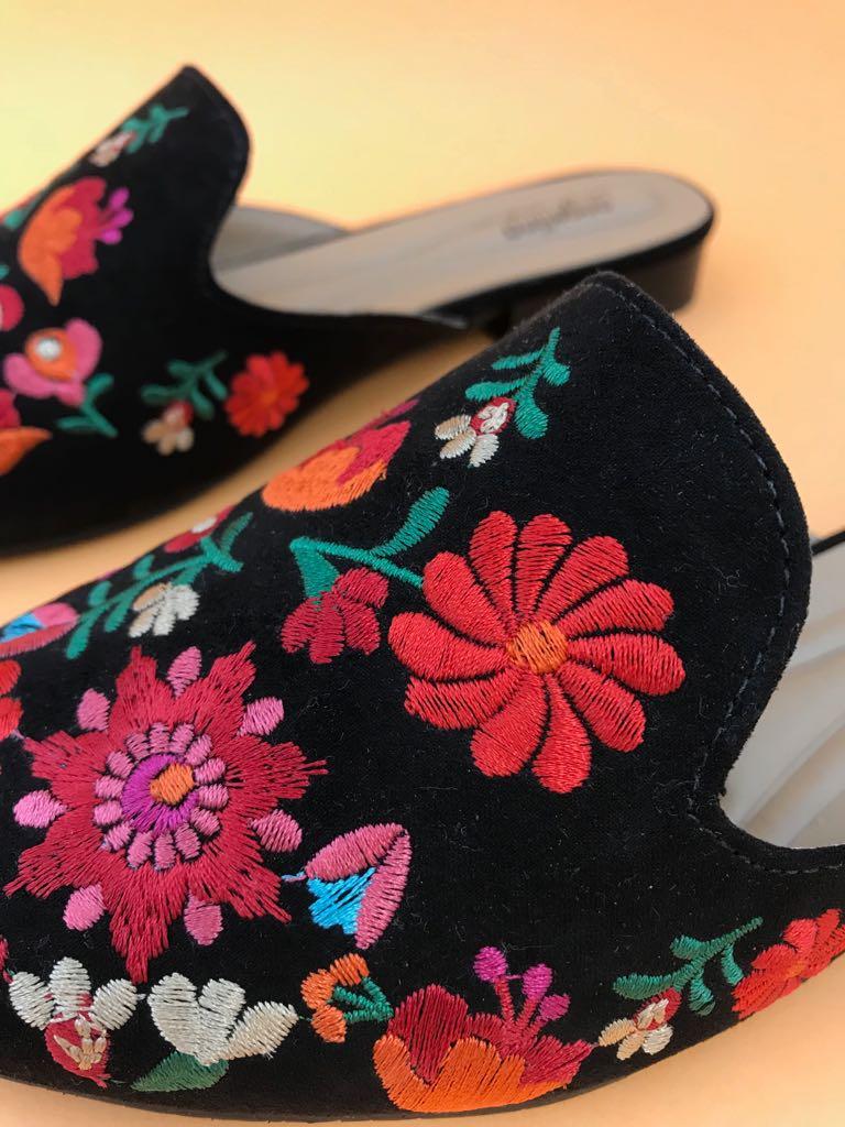 Mule Suede Preta Bordado Floral  - Angelina Vai às Compras