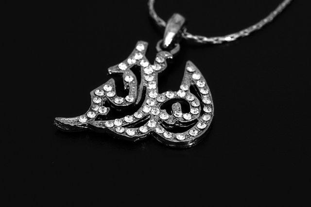 Corrente com pingente com a palavra Allah Akbar (Deus é o Maior em árabe)