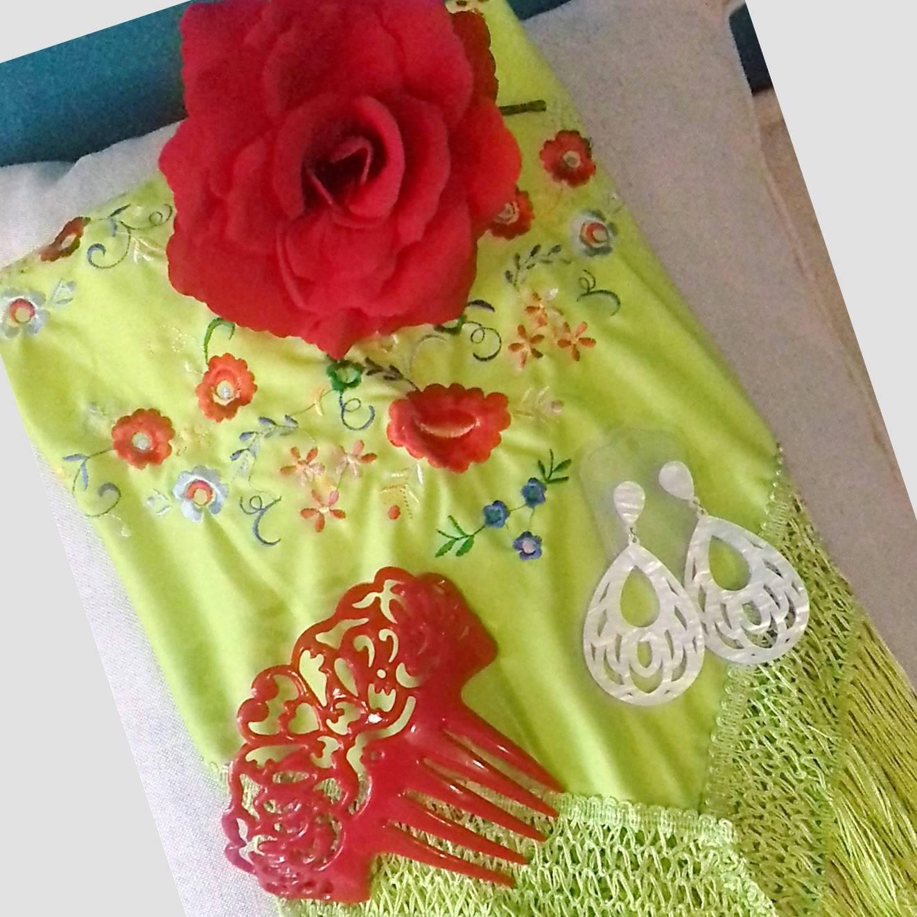 KIT VERANO FLAMENCO 02 - Xale espanhol verde, flor vermelha, brinco e peineta
