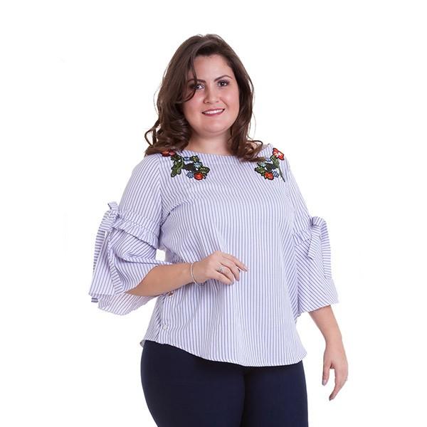 Blusa listrada com amarração e aplicação