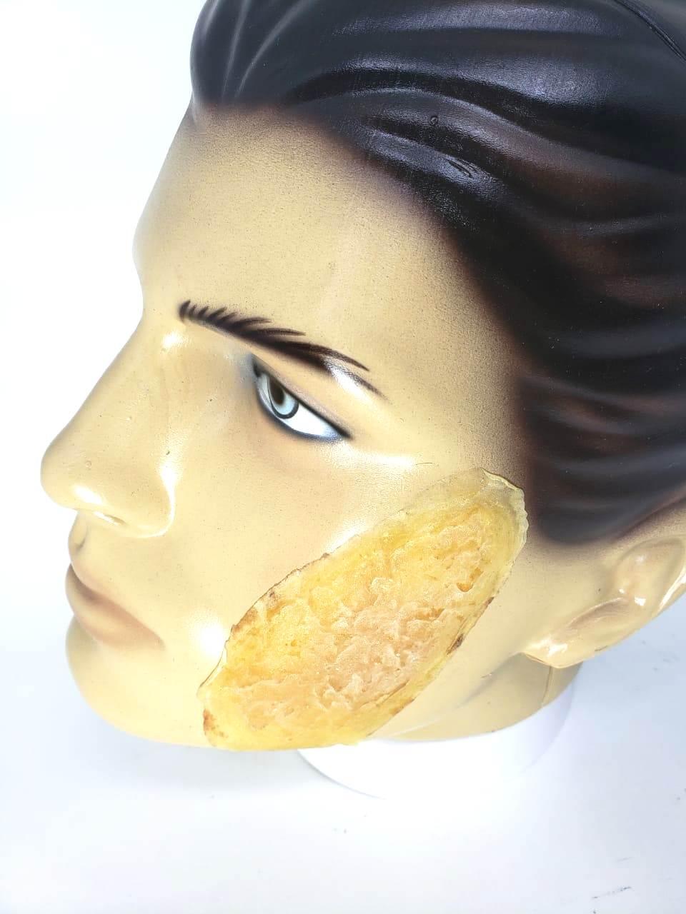 Prótese de látex para simular queimadura na pele