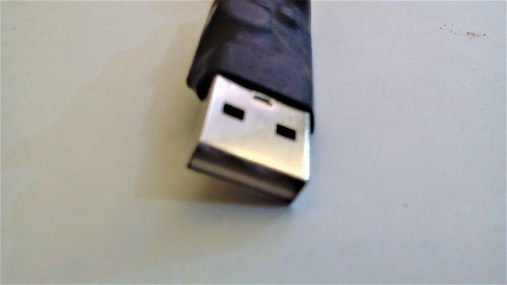 AU 10(retrátil) - Conversor DC/DC Entrada (USB) 5V - Saída 12V 0,8 Amp (P4)