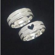 Par de alianças de prata 950k  - Coração vazado na aliança feminina