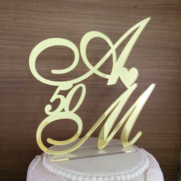 Topo de bolo em acrílico espelhado dourado, podendo ser com noivos, iniciais entre outros.
