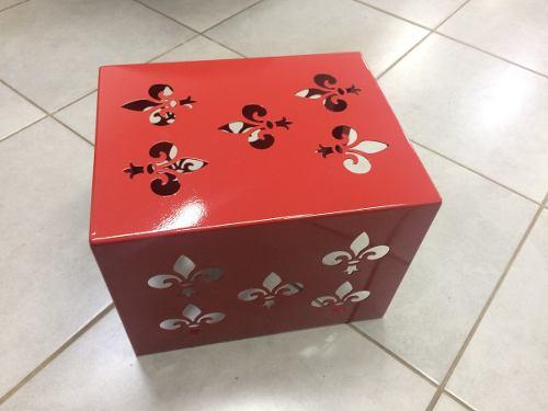 Banquinho Flor De Lis Vermelho  - HDC Brasil