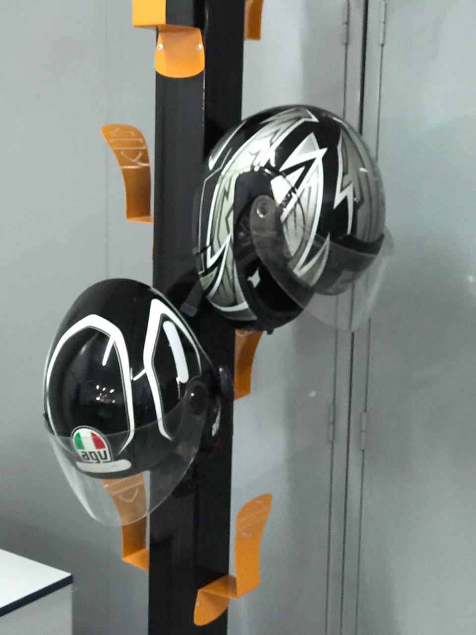 Porta Capacete e Cabideiro Harley-Davidson Base Preta Suportes Laranjas  - HDC Brasil