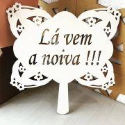 Ref. 003 - Placa Floral Lá vem a Noiva para Daminha MDF BRANCO 35cm