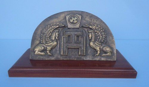 Escultura Placa Maçonaria Em Bronze Base Em Madeira