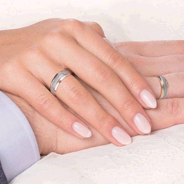 Alianças Casamento Ouro Branco e Amarelo Cravejada de Zircônias 6,5mm - A176