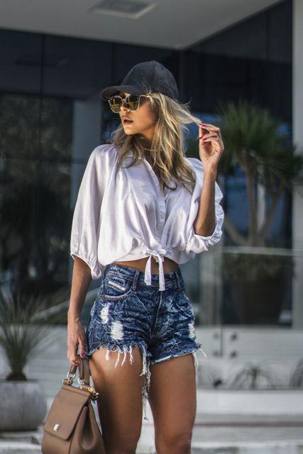 Shorts jeans cós alto desfiado com bigode jeans craquelado