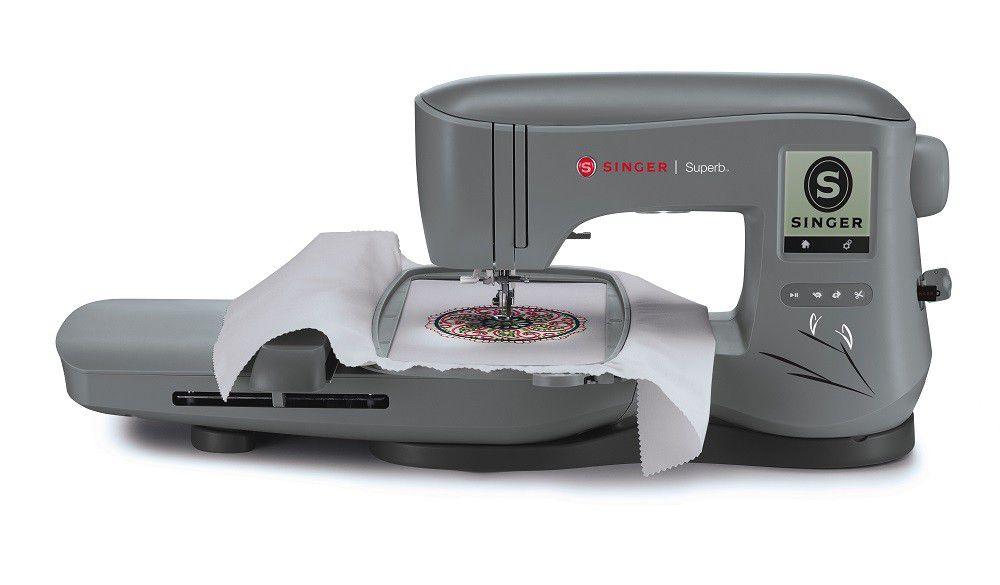 Máquina de Bordar SINGER SuperB - EM 200 - Área de bordado de 26X15 cm, 2 tipos de letras e 200 Desenhos na memória