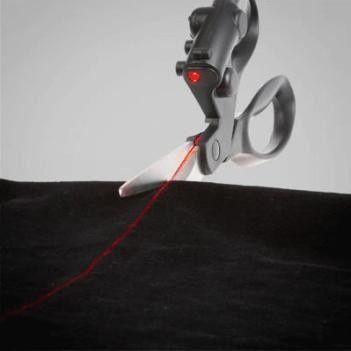 Tesoura com Mira Laser para cortar Papeis e Tecidos