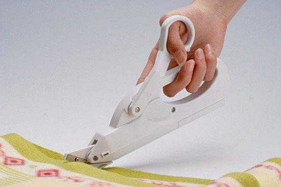 Tesoura elétrica com pilhas - Prática e simples de cortar!