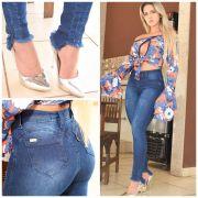 calça jeans skiny com barra desfiada