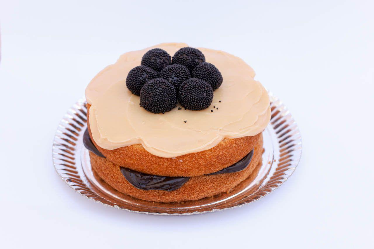 Naked Cake brigadeiro decorado com brigadeiro
