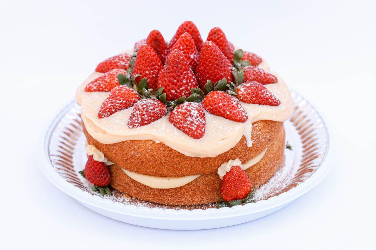 Naked Cake decorado com morango