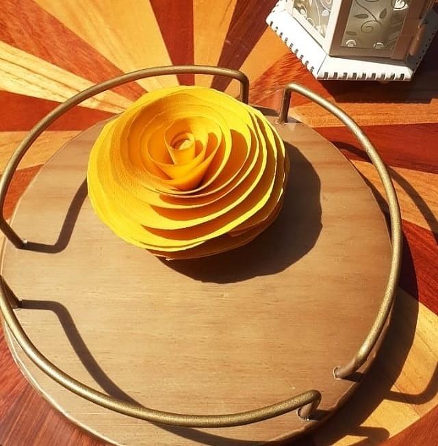 Bandeja redonda com flor