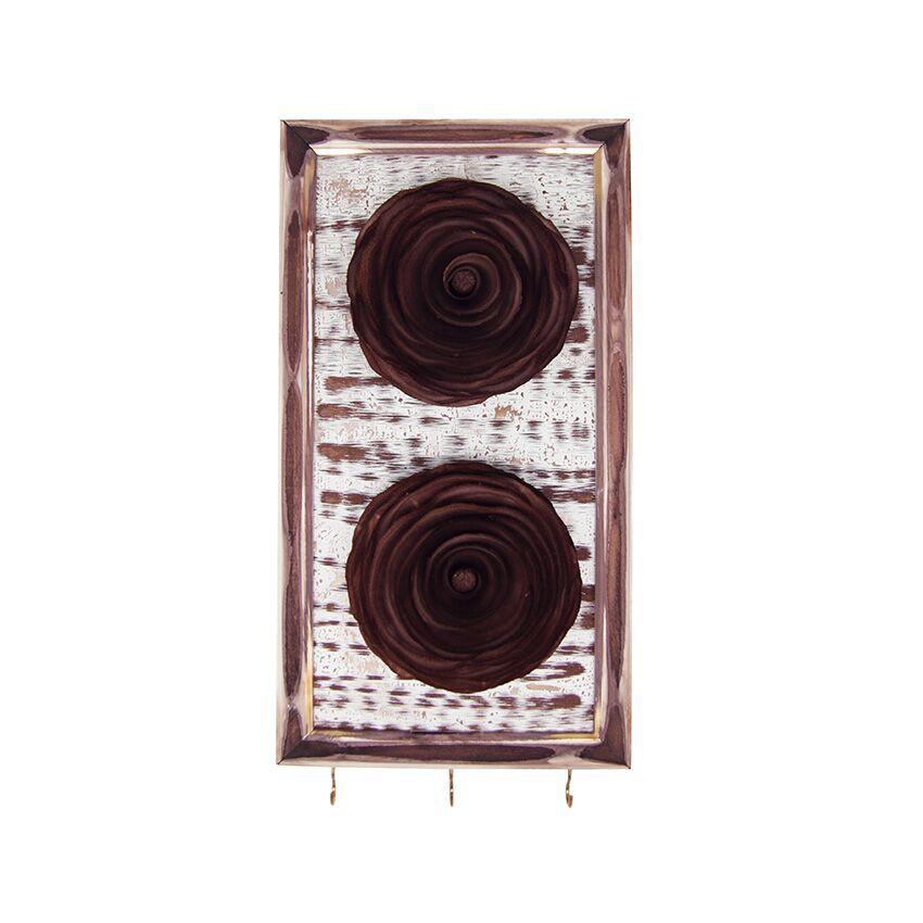 Porta chaves com 2 flores de madeira